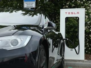 Tesla Motors looks to buy solar power company