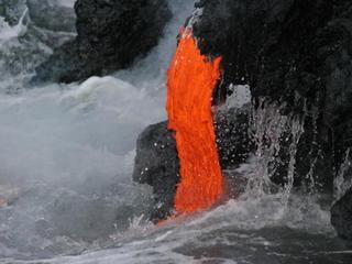 1000s rush to see Kilauea lava flow reach ocean