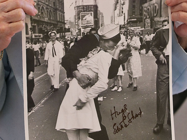 Woman in iconic VJ Day Times Square kiss photo dies at 92